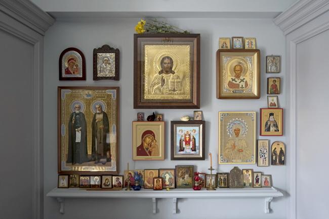 Иконы на стене в спальной к