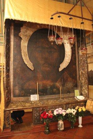 Икона в Тутаеве, под которой пролезают