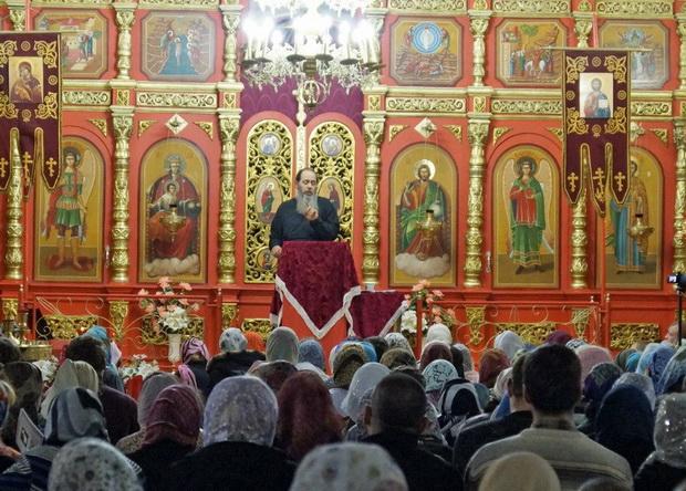 Протоиерей Владимир Головин и верующие