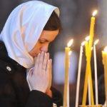 Молящаяся в церкви