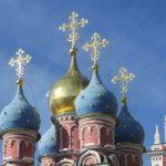 Крест с полумесяцем на куполе храма
