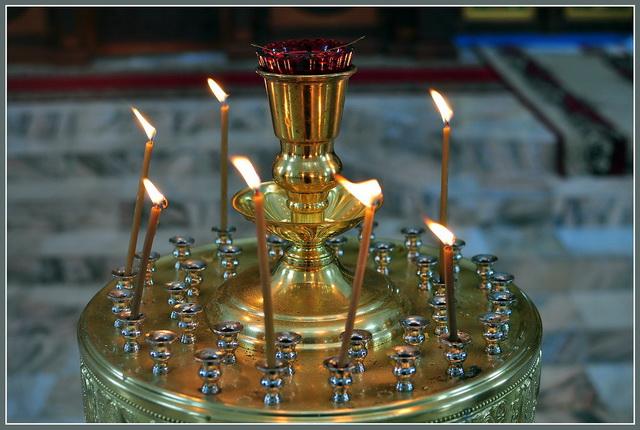Место для свечей в церкви