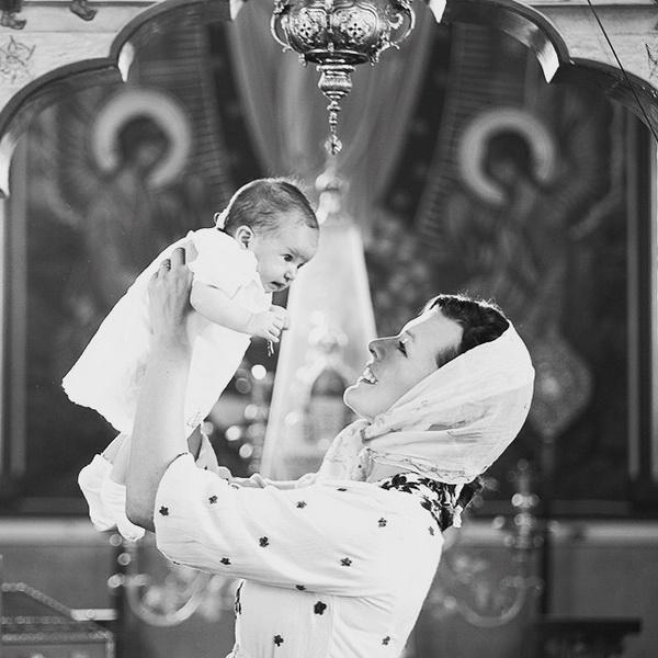 Милла Йовович с дочкой в церкви