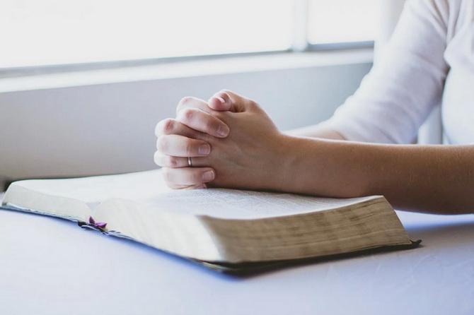 Молящийся человек