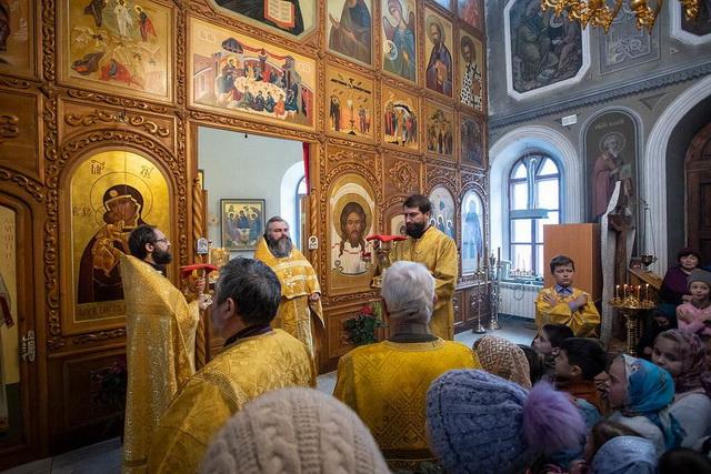 Священники в церкви и прихожане