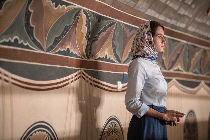 Девушка на богослужении в церкви