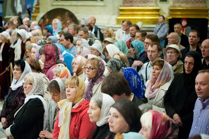 Православные верующие во время службы
