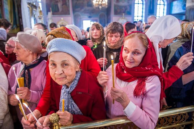 Радость на лицах верующих людей