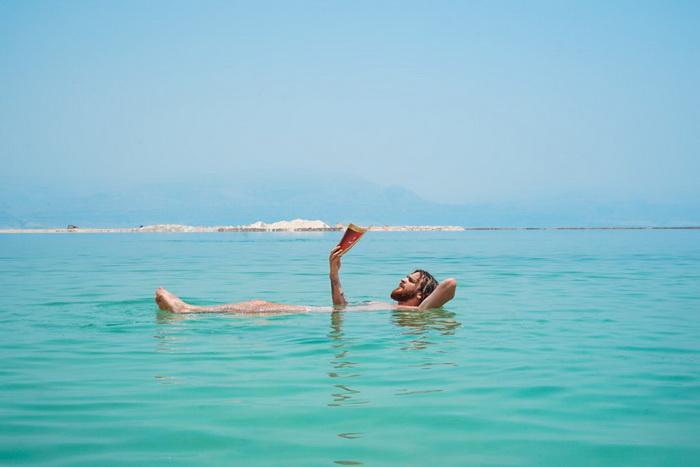 Турист на Мертвом море