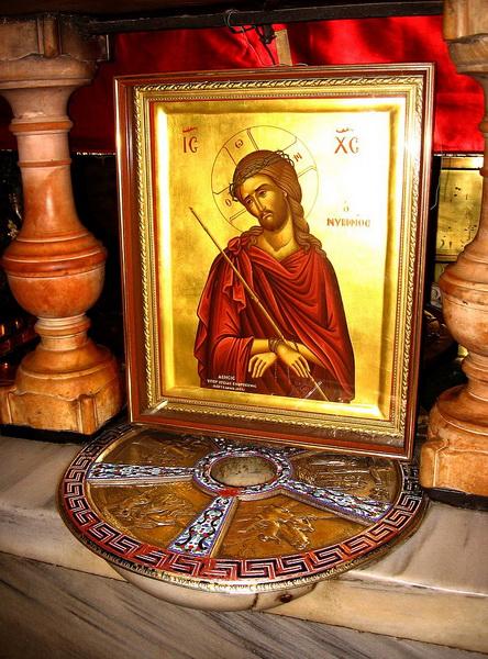 Серебряный круг под православным престолом Голгофы - место, где стоял Крест Господень