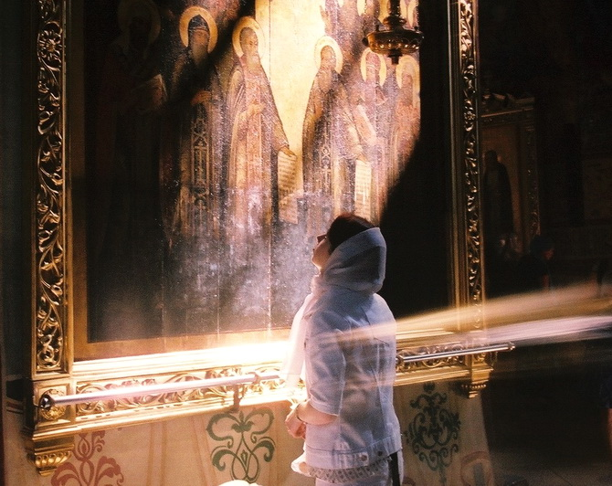 Верующий человек перед иконой