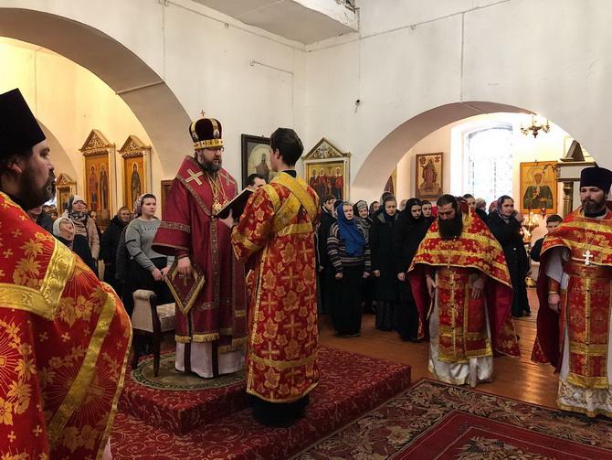 Божественная литургия в церкви