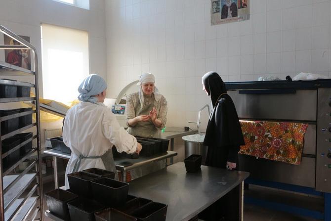 Монахини пекут хлеб