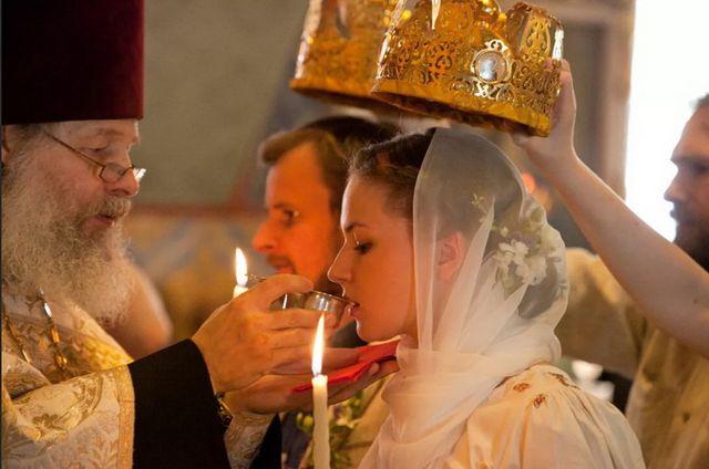 Священнослужитель подает чашу с вином