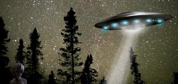 Летающая тарелка и инопланетянин