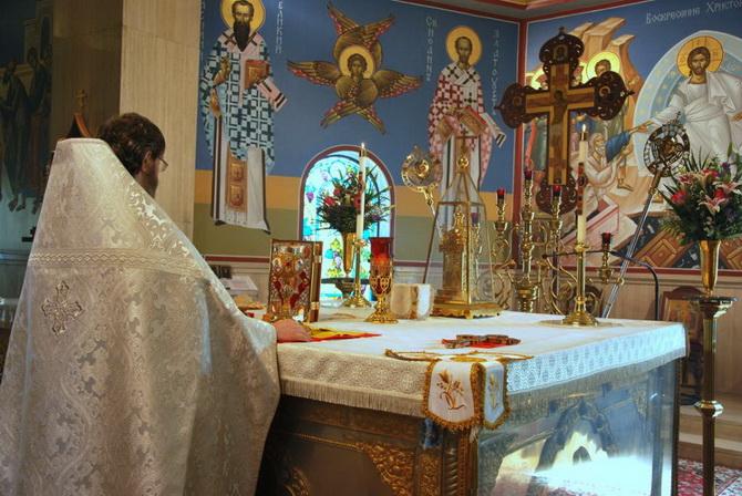 Священник в алтаре