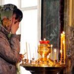 Молящаяся девушка в церкви
