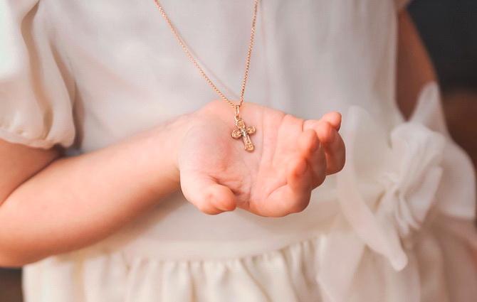 Маленький ребенок с крестиком