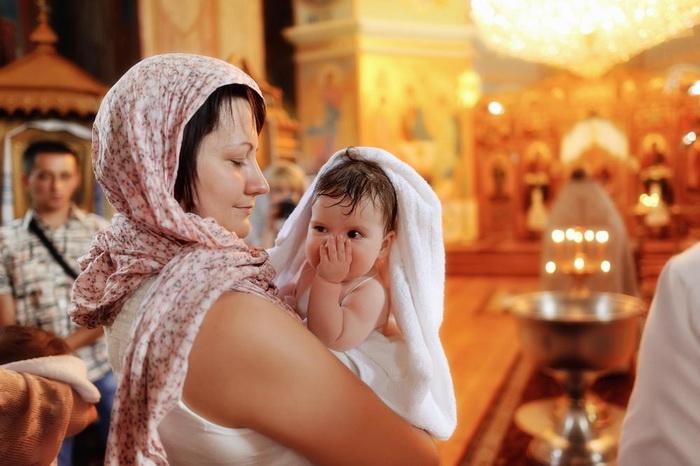 Мать и ребенок на крещении