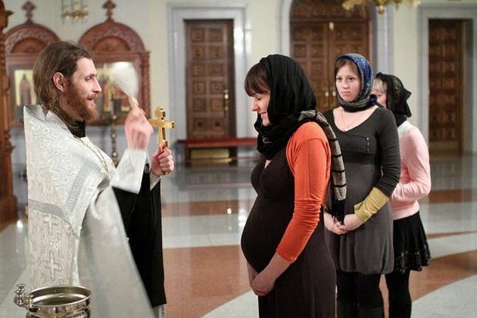 Священник и беременная женщиина
