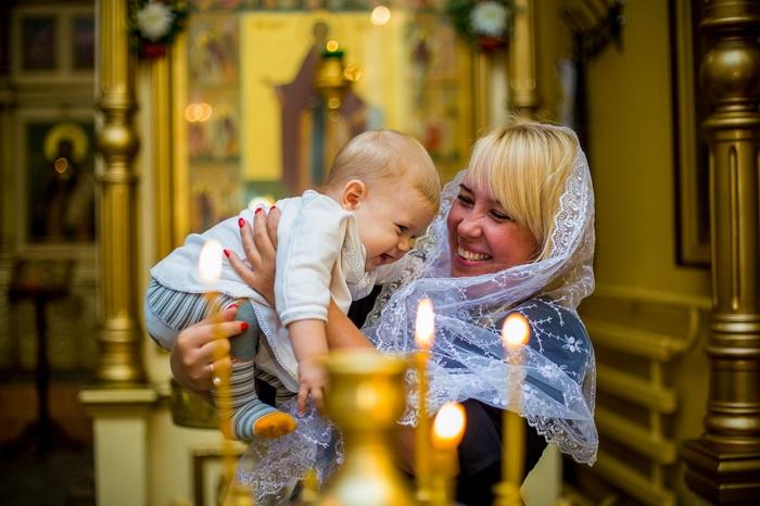 Мама и ребенок в церкви на крещении