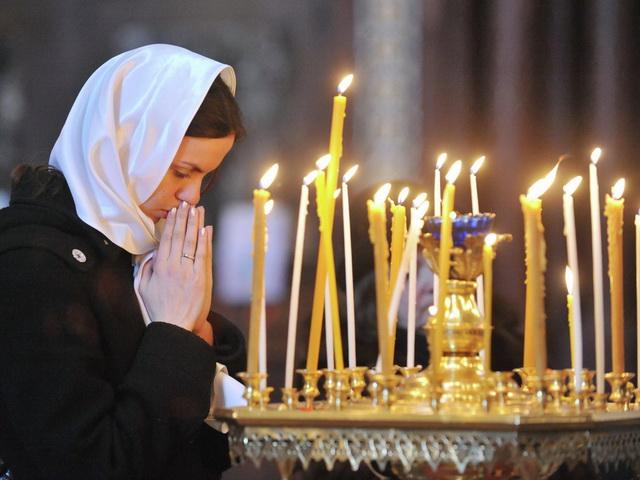 Молитва девушки в церкви