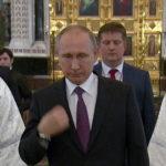 Путин в галстуке в церкви