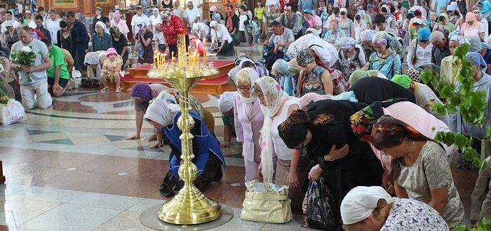Верующие встают на колени