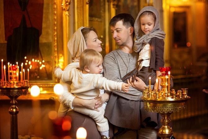 Семья посещает храм