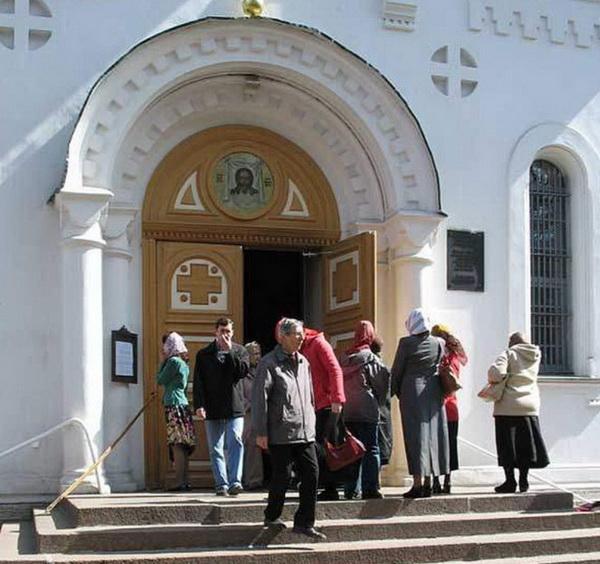 Прихожане у входа в храм
