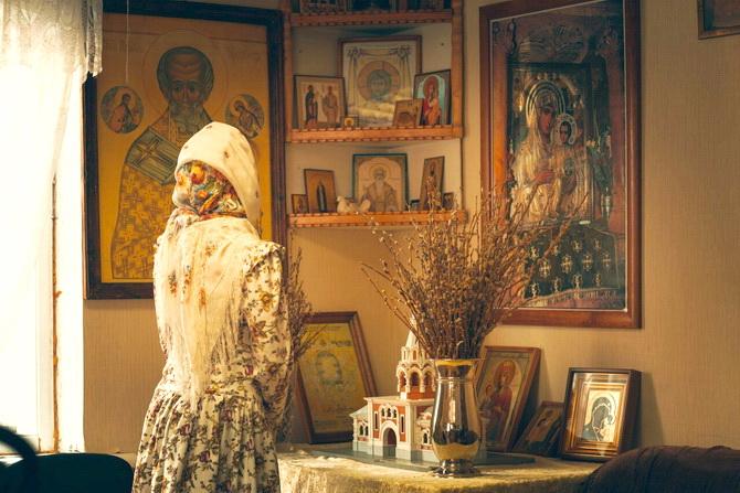 Девушка молится дома