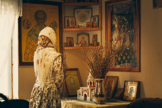 Девушкам молится в платке дома