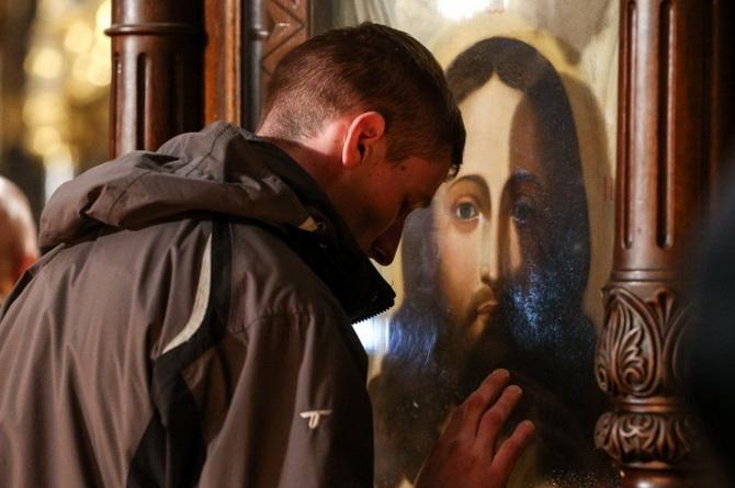 Верующий перед иконой Иисуса Христа
