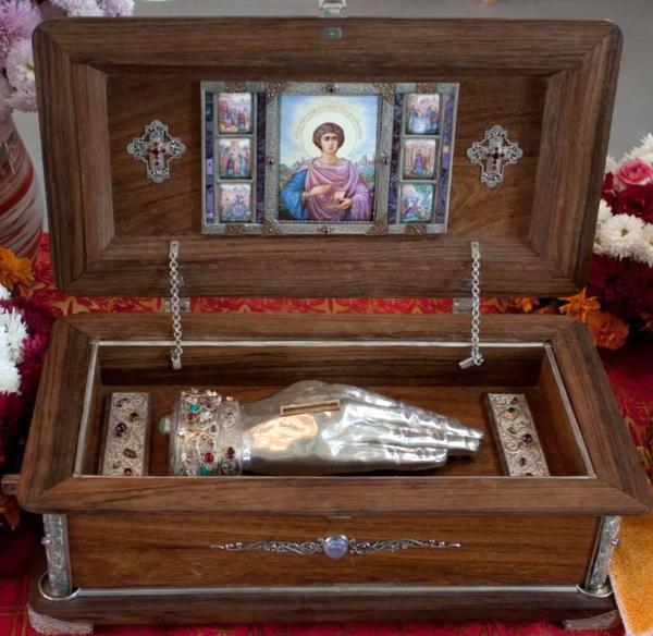 Ковчежец с частицей мощей святого великомученика Пантелеимона