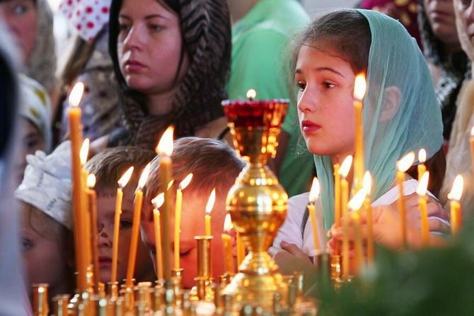 Люди молятся в церкви