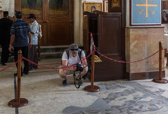 Мужчина в шортах в храме
