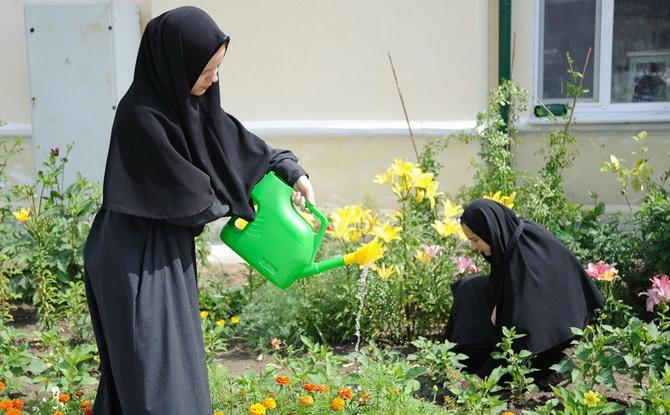Монахини работают в огороде