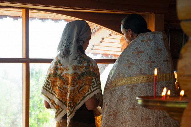 Женщина советуется со священником