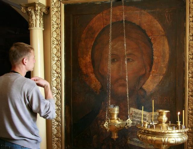 Верующий молится