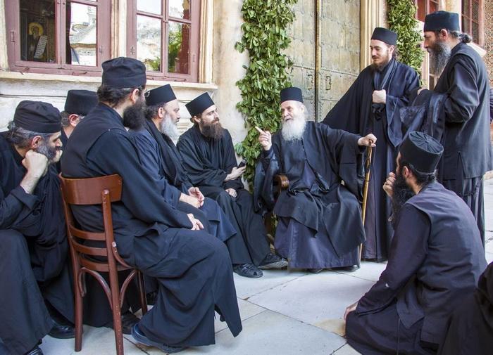 Монахи что-то обсуждают