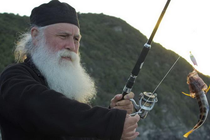 Монах ловит рыбу